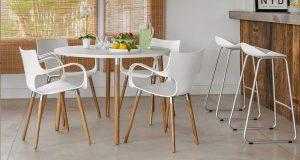 cadeira branca com pés de madeira