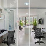 ambiente com cadeira de escritório em tela