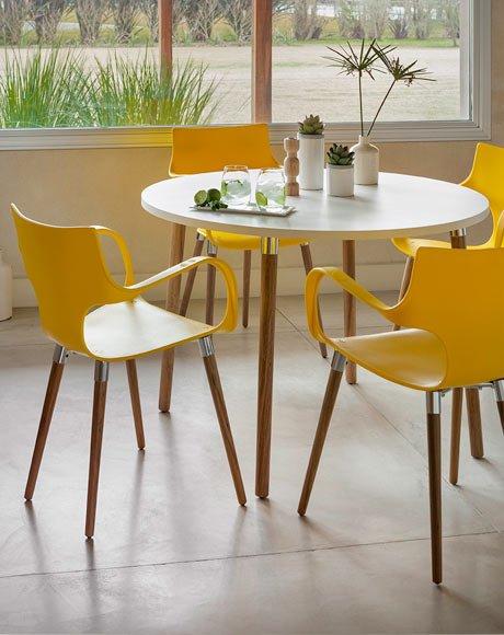 cadeira amarela com pés de madeira