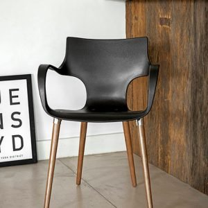 cadeira preta com pés de madeira