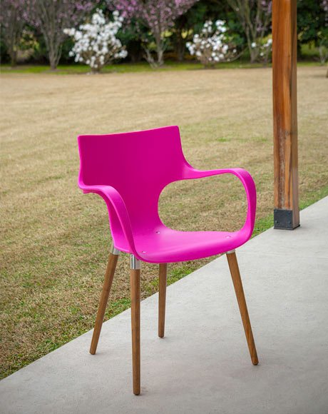 cadeira rosa com pés de madeira