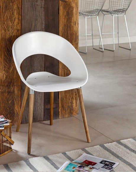 cadeira branca com pés madeira