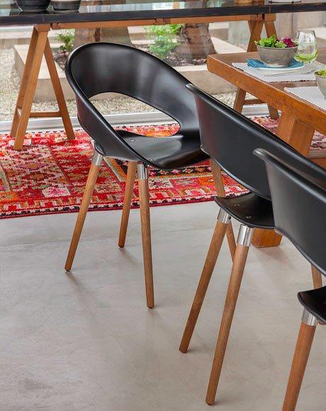 cadeira preta pes madeira