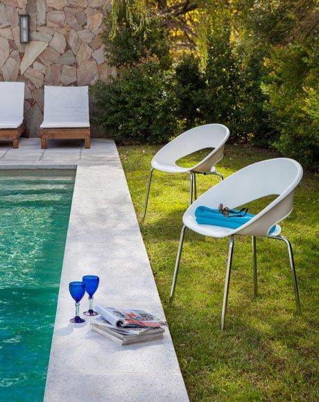 cadeira empilhável piscina